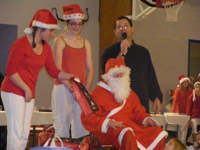Le Père Noël est venu spécialement pour les enfants de l'école de patinage !!