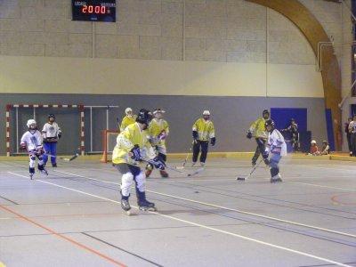 Petit match de hockey : les jeunes contre les moins jeunes .... (j'ai même pas dis les vieux !!)