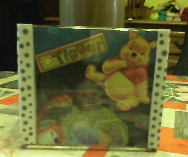 un  cache  pot  pour plante  realise  par mon amie   avec  des  photos   et  fait  avec  des  boites  de cd