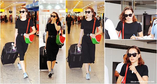 — DAISY A L'AEROPORT DE LONDRES - 17 JUILLET 2015.   Ecrit par Marie le 8 août 2015 - catégories : candids.