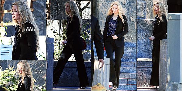 . 06/01/15 : La belle Iggy Azalea a été aperçue dans les fameuses rues de Los Angeles sortant que quelque part. J'aime sa tenue malgré le fait que je n'aurais probablement pas choisis ce pantalon, il retrace ses formes à perfection & cheveux sublimes  .