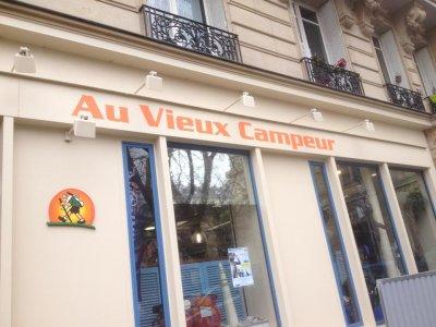 """Kossal série des combinaisons différentes pour essayer au magasin """"Le Vieux Campeur"""" à Paris"""