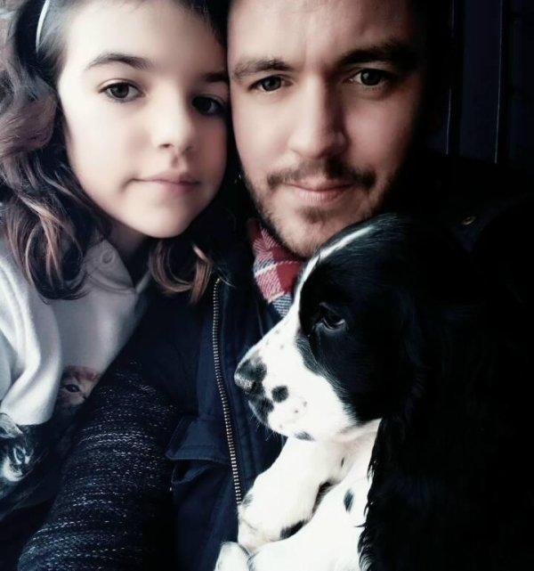 Charlie, le nouveau de la famille lol Le chien a son pépère...Vu que le chien loup c'est pas encore d'actualité :p ... Je le kiffe ce p'tit toutou...je l'boufferais tout cru,et of course,ma fille et ma mère ont craqué