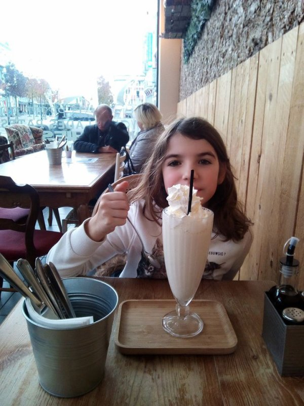 ou comment boire un milk shake debout loll...trop grand,trop petite...:p