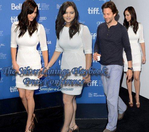 Jennifer et le cast de The Silver Linings PlayBook à la conférence de Press à Toronto. J'adore la tenue de Jennifer.