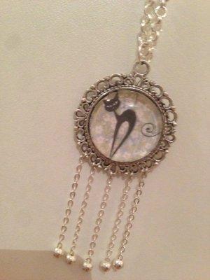 Collier sautoir cabochon chat noir et petite chaine a perles couleur argent