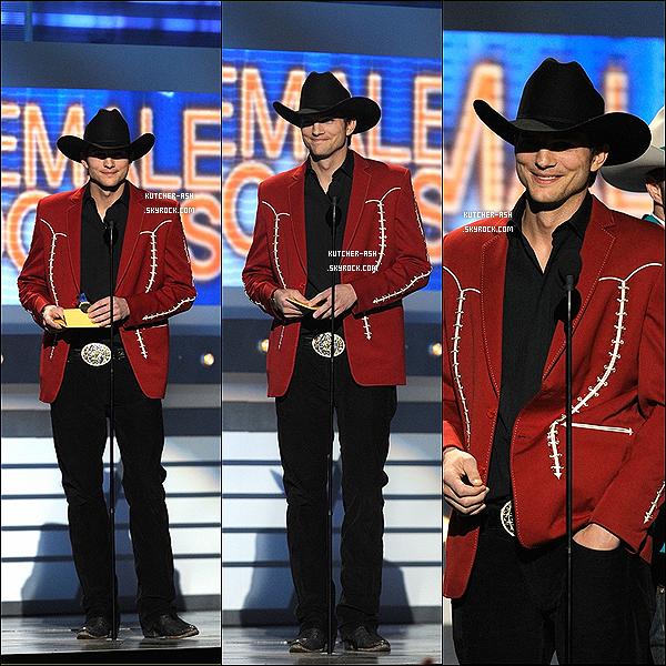 """. 01/04/12 : Ashton été déguisé en Cowboy pour remettre le prix de la chanteuse de l'année à Miranda Lambert au """"2012 Academy Of Country Music Awards"""" au MGM Grand Garden Arena à Las Vegas (Nevada). ."""