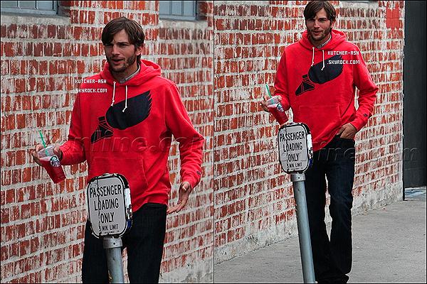 . 24/04/12 : Ashton a été vu souriant, visiblement heureux allant à un atelier . Il est mignon ! .