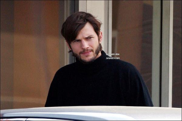 . 13/05/12 : Ashton a été aperçu allant au set de son prochain film, 'Jobs: Get Inspired' où il interprétera le rôle de Steve Jobs, le fondateur d'Apple. Ressemblance ou pas ...?! .