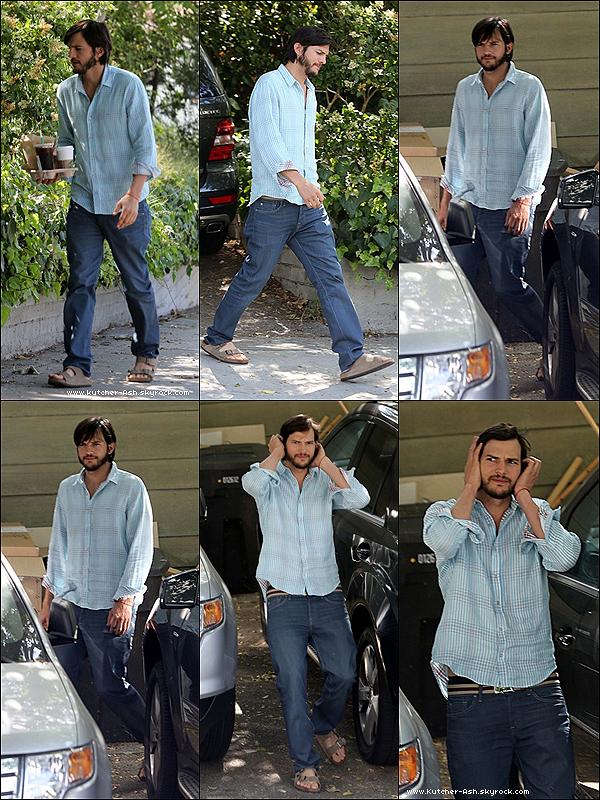 . 30/05/12 : Ash' a été vu sortant de chez un ami, allant chercher un en-cas au Starbuck's à Santa Monica. .