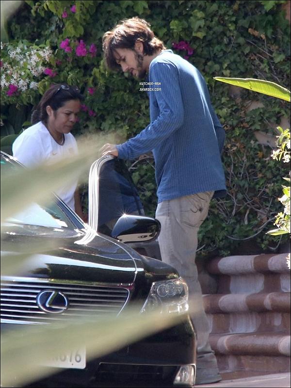 """. 14/06/12 : Après Mila Kunis, c'est Ash' qui a été repéré, allant au domicile de Mila à Beverly Hills.  - Eh après ça nous dit que les rumeurs d'une """"pseudo relation amoureuse"""" est quelque chose """"d'absurde"""" . Qu'en pensez-vous ?!."""
