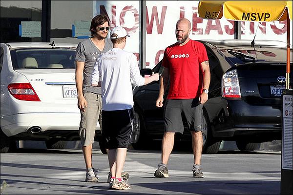 """. 24/06/12 : Le Kutch a été vu faisant une randonée avec des amis profitant du beau temps à Beverly Hills. Plus tard, Ashton Kutcher est allé diner au """"Sugar Fish Sushi"""" à Los Angeles, après avoir fait sa randonnée au grand canyon. ."""