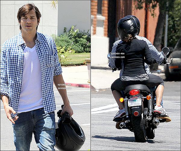 . 8/07/12 : Ash a été vu passant du temps avec Mila et sa famille à Hollywood, puis après le couple est parti. .