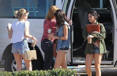 Vanessa Hudgens, Selena Gomez et Ashley Benson prennent une Pause café  Starbucks après quelques heures de tournage...