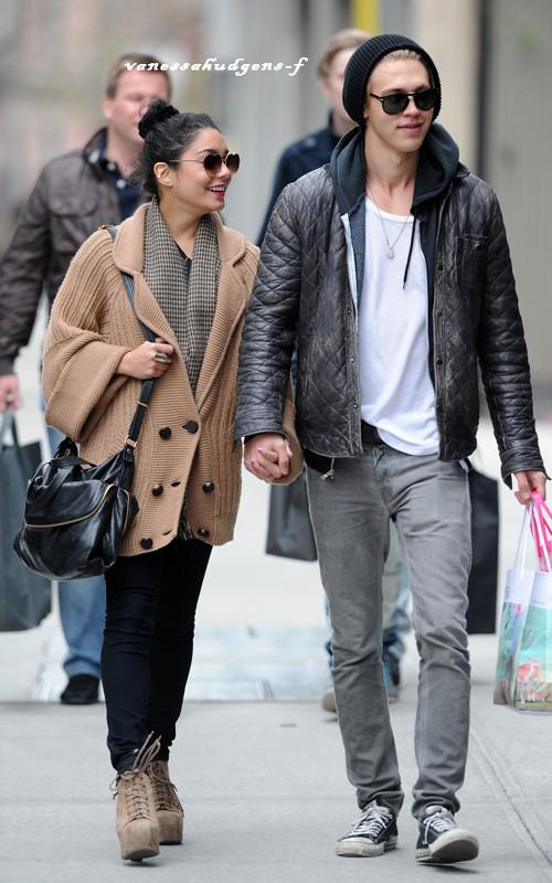 Ce 25-03-2012 Nouvelles photos de Vanessa Hudgens et Austin Butler!