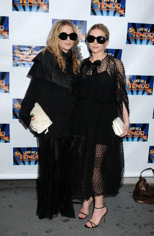"""kkkkkkkkkkkkkkkkkkkkkkkkkkkkkkkkkkkkkkkkkkkkkkkkkkkkkkkkkkkkkkkkkkkkkkkkkkkkkkkkkkkkkkkkkkkkkkkkkkkkkkkkkkkkkkkk04 AVRIL 2010 : Mary-Kate et Ashley à la première de la pièce de théâtre (où joue le petit ami à Ashley, Justin) """"Lend me a Tenor"""" à Broadway, au Théâtre Music Box à New York    kkkkkkkkJe détestes pas leurs tenues, ça fait changement. Ashley est toute mignonne !  kkkkkkkkkkkkkkkkkkkkkkkkkkkkkkkkkkkkkkkkkkkkkkkkkkkkkkkkkkkkkkkkkkkkkkkkkkkkkkkkkkkkkkkkkkkkkkkkkkkkkkkkkkkkkkkk"""