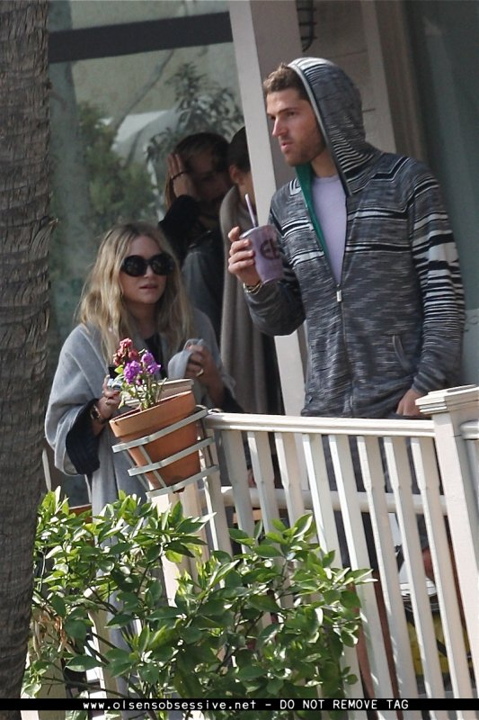 kkkkkkkkkkkkkkkkkkkkkkkkkkkkkkkkkkkkkkkkkkkkkkkkkkkkkkkkkkkkkkkkkkkkkkkkkkkkkkkkkkkkkkkkkkkkkkkkkkkkkkkkkkkkkkkk21 FÉVRIER 2011 : Mary-Kate et son ami devant le café Le Pain Quotidien à West Hollywood, Los Angeles   kkkkkkkk  kkkkkkkkkkkkkkkkkkkkkkkkkkkkkkkkkkkkkkkkkkkkkkkkkkkkkkkkkkkkkkkkkkkkkkkkkkkkkkkkkkkkkkkkkkkkkkkkkkkkkkkkkkkkkkkk