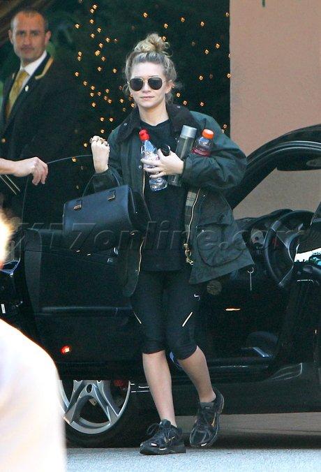 """kkkkkkkkkkkkkkkkkkkkkkkkkkkkkkkkkkkkkkkkkkkkkkkkkkkkkkkkkkkkkkkkkkkkkkkkkkkkkkkkkkkkkkkkkkkkkkkkkkkkkkkkkkkkkkkk25 NOVEMBRE 2011 : Ashley arrivant à son hôtel, le """"Beverly Hills Hotel"""" après une séance de sport à Beverly Hills, Los Angeles    kkkkkkkkJ'aime bien ces photos et j'adore son chignon sur le haut comme ça ! :)   kkkkkkkkkkkkkkkkkkkkkkkkkkkkkkkkkkkkkkkkkkkkkkkkkkkkkkkkkkkkkkkkkkkkkkkkkkkkkkkkkkkkkkkkkkkkkkkkkkkkkkkkkkkkkkkk"""