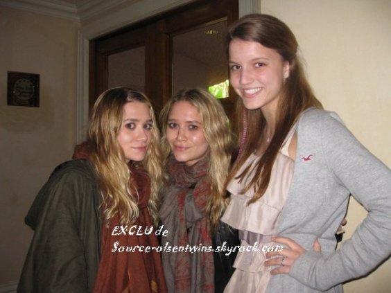 """kkkkkkkkkkkkkkkkkkkkkkkkkkkkkkkkkkkkkkkkkkkkkkkkkkkkkkkkkkkkkkkkkkkkkkkkkkkkkkkkkkkkkkkkkkkkkkkkkkkkkkkkkkkkkkkk20 FÉVRIER 2011 : Mary-Kate et Ashley posant avec des fans dans un corridor de l'hôtel """"Beverly Hills Hotel"""" à Beverly Hills, Los Angeles   kkkkkkkkElles ont l'air vraiment en forme, particulièrement sur la 2e photo, ça fait plaisir à voir ! :)   kkkkkkkkkkkkkkkkkkkkkkkkkkkkkkkkkkkkkkkkkkkkkkkkkkkkkkkkkkkkkkkkkkkkkkkkkkkkkkkkkkkkkkkkkkkkkkkkkkkkkkkkkkkkkkkk"""