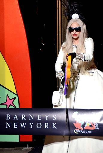 """Lady Gaga - dévoile une chanson inédite à Noel pour ses fans ! + mini documentaire sur France 2 """"une année pas commes les autres"""" !"""