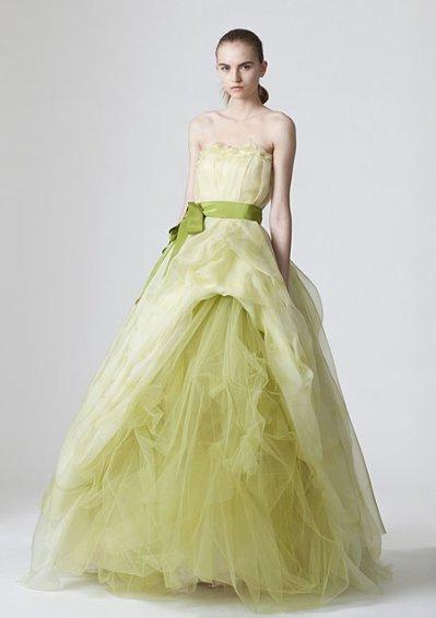 Parmi les robes de mariée de chez Vera Wang on peut trouver un modèle  printanier, vert tendre, qui change du blanc traditionnel. Une robe bustier  longue en
