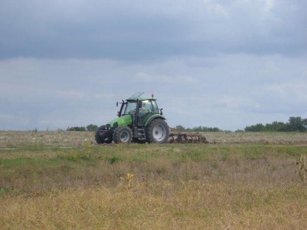 voici un deutz agrotron 106 est un cultivateur don je ne connai pas la marque !!