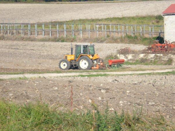 semi du blé 2010 avec un renault 103-54 tracfor et semoir nodet