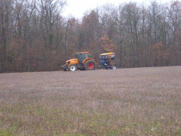 voici un chantiers d'épandage d'engrais avec un renault ares 836 rz de l'eta et un bogballe m3 plus trail le reste des photo ce week-end