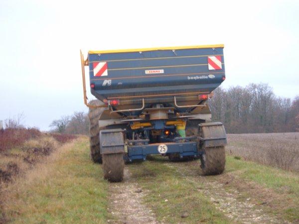 voici un chantiers d'épandage d'engrais avec un renault ares 836 rz de l'eta tisserau et un bogballe m3 plus trail