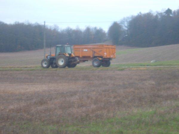 transport de terre avec un renault 155-54 et case ih puma 180