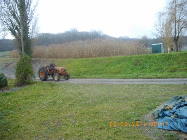 voici le nouveau tracteur Renault biensur  de mon voisin (qui et cerealiers c celui qui a le 103 54 tracfor ) ce tracteur fait un bruit magnifique et une fumé tres aipesse