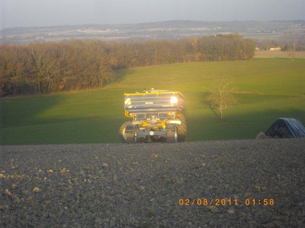 voici un chantiers d'épandage d'engrais avec un renault 175-74 de l'eta tisserau et un bogballe m3 plus trail