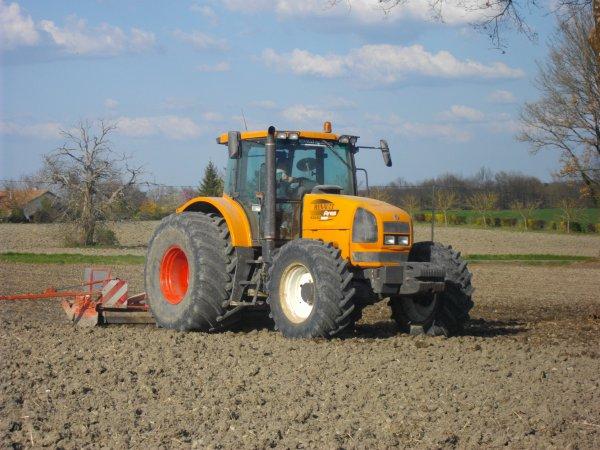 voici un chantiers de preparation du sol pour les semi du tournesol  avec un renault ares 836 rz de 200 cheveaux et une herse rotative kuhn de 4 m ! enssemble appartenent a l'eta Tissereau je remercie le chauffeur pour le tour