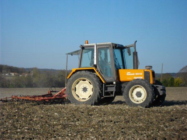 preparation des terres a tournesols avec un renault 103 54 tracfor et un vibro kongslide