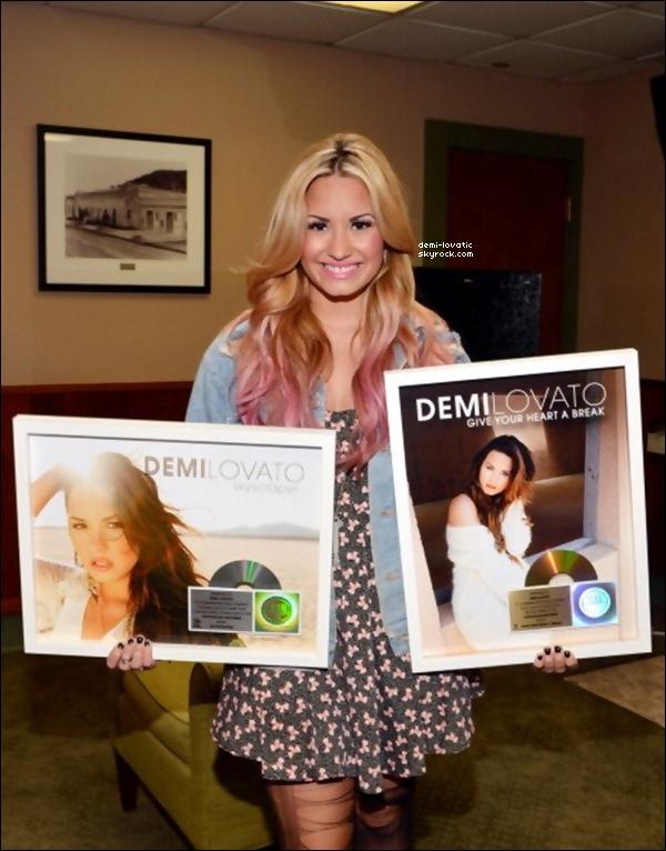 . Demi a recu un disque d'or pour GYHAB et un de platine pour Skyscraper.. . Il y a plusieurs semaines ..