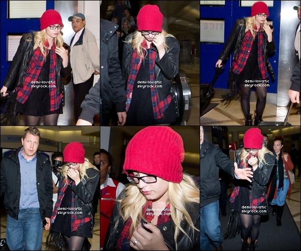 . 28/10/2012 : Demi a interpreté l'hymne national au stade Comerica Park, à Detroit..  .  Plus tard dans la soirée , elle a été aperçue arrivant à Los Angeles . -