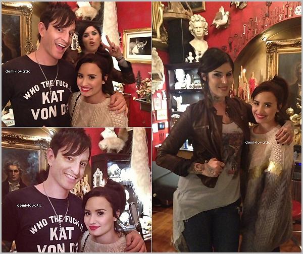 . 25/11/2012  : Demi Lovato a été aperçue au « High Voltage Tattoo » .   Elle s'est fait tatoué 12 oiseaux sur son bras .