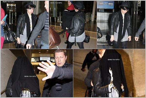 . 07/12/12 : Demi Lovato a été vu arrivant à l'aéroport de Los Angeles.  Demi Lovato a été vue arrivant à Washington.
