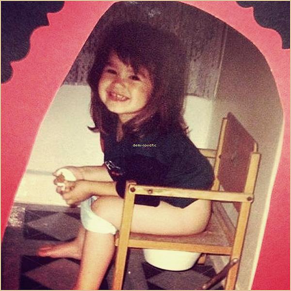 26-01-13 :  Demi Lovato a fait du baby sitting ( Le bébé de son amie Sarah ) . + une nouvelle photo de Demi petite .