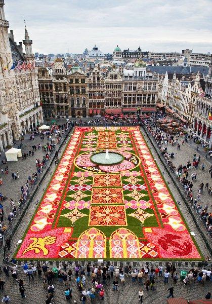 la grand place de Bruxelles vous souhaite une bonne fête du 15 août ,nono