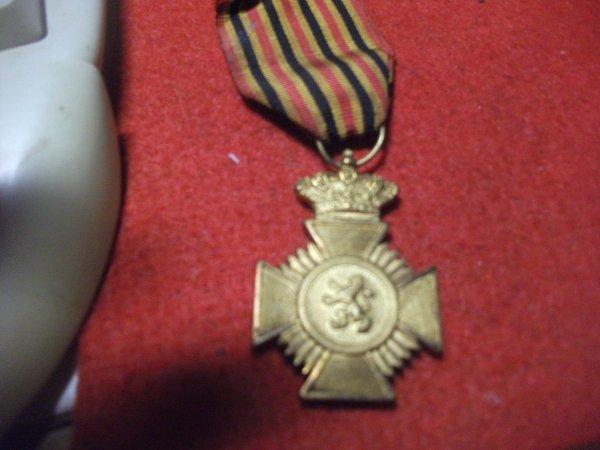 voila la médaille de mon papa ,ordre de Léopold 3 pour geste rendu a la population .(je crois )