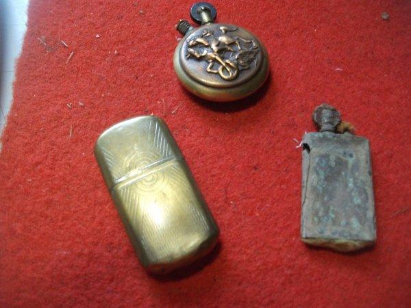 voila 3 briquet ,un de fouille ,un de poilu réglementaire ,et un autre en artisanat de ST.George qui terrasse le dragon .
