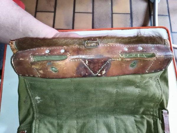 le voila arriver ,sac Allemand 1940 Tornister ou sac peau de vache en très bonne état ,manque quelques sangles .