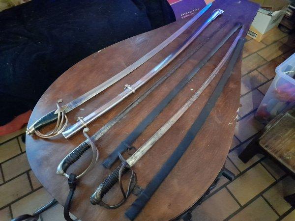 mes 3 sabres ,un sabre de sous officier de l infanterie ,un sabre d officier d officier de cavalerie Belge ,et la réplique de cavalerie 1 empire ,avec une date gravé e 1918 ,