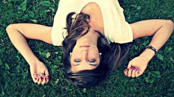 Ils se moquent de moi parce que je suis différente, mais moi je me moque de vous parce que vous êtes tous les mêmes.