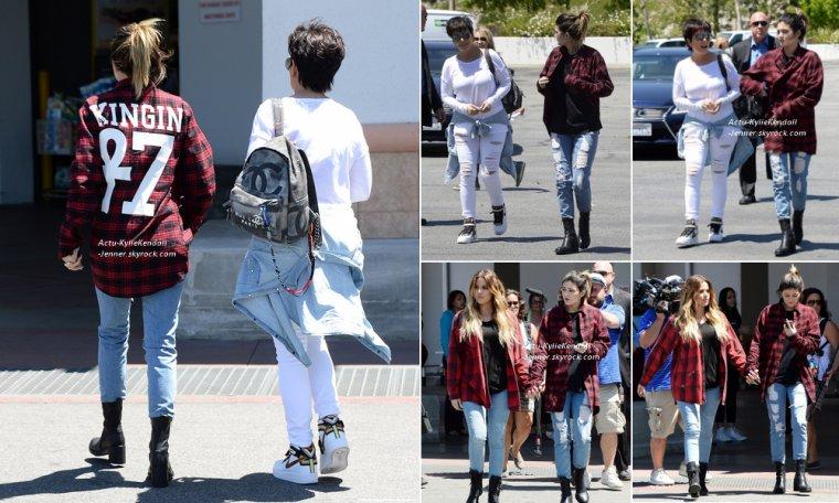 Kylie faisait des courses à Costo, avec sa mère Kris et sa soeur Khloé, le 29 avril 2014, en Californie.