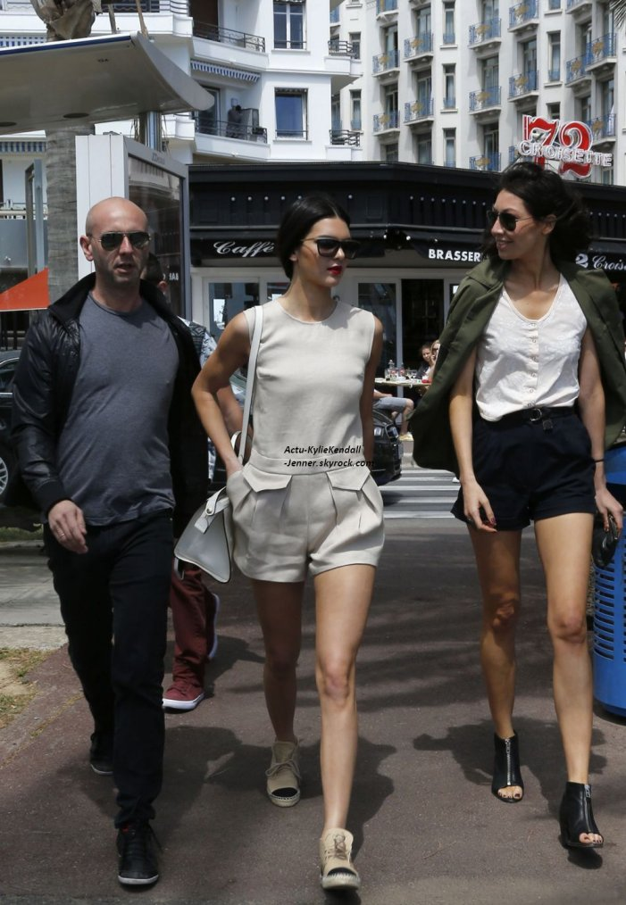 Kendall se promenant sur la Croisette, à Cannes, le 15 mai 2014 + Kendall est arrivée à l'aéroport de Nice, le 14 mai 2014.