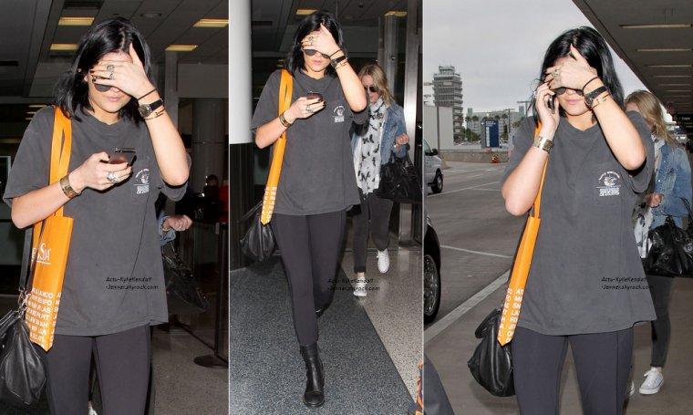 Kendall et son amie Hailey faisaient du paddleboarding, dans les Hampton, le 1 juillet 2014 + Kylie, arrivant à l'aéroport de LAX, le 1 juillet 2014 + Kendall faisant un tour de bateau, dans les Hamptons avec sa famille, le 1 juillet 2014.