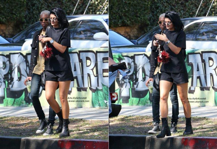 Kylie faisant du shopping avec son ami Shamari, le 10 juillet 2014, à West Hollywood + Kendall faisant du shopping avec Ashleah Gonzales, le 7 juillet 2014, à Paris.