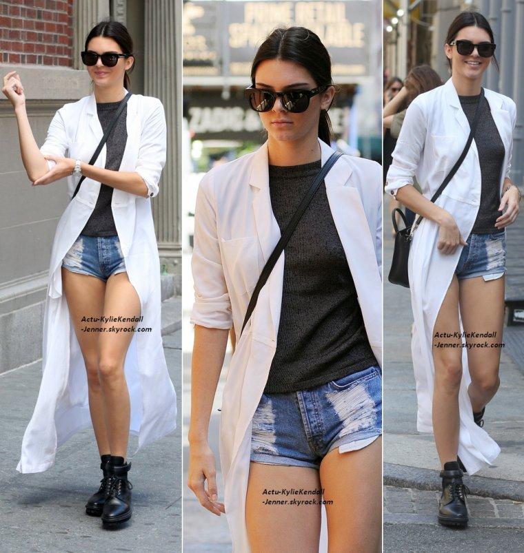Kendall était avec son amie Hailey Baldwin, dans Manhattan, à New York, le 28 août 2014 + Kylie était à Hollywood, le 25 août 2014.